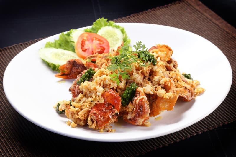 il granchio di Morbido SHELL ha fritto con aglio e giovane peperone verde sul piatto bianco fotografia stock