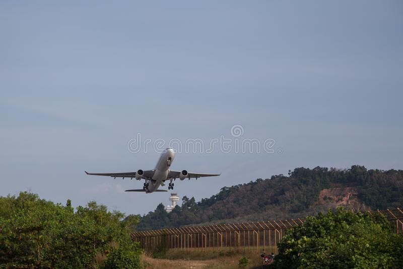 Il grande aeroplano Boeing 737 decolla dalla pista fotografia stock libera da diritti