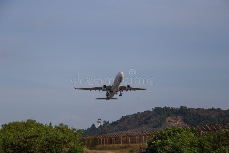 Il grande aeroplano Boeing 737 decolla dalla pista immagine stock