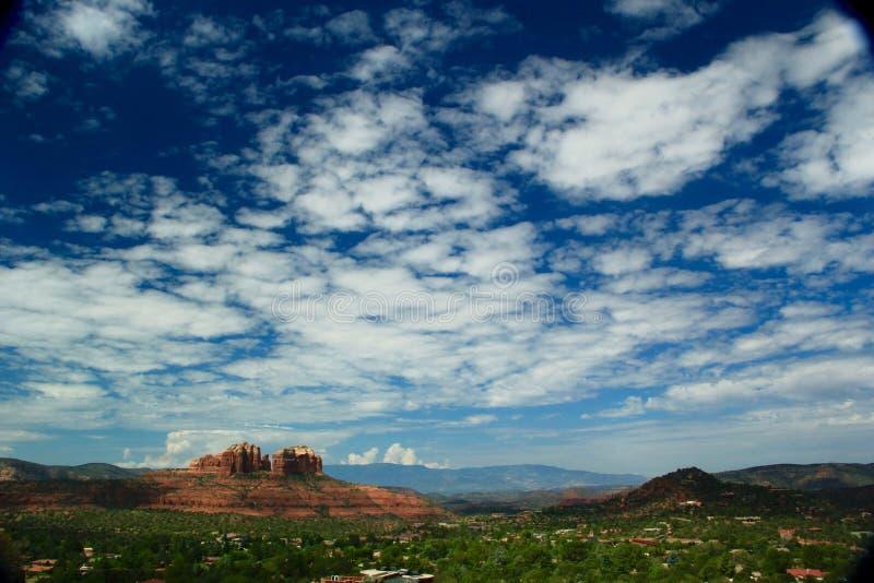 Il grande calore dell'Arizona incontra il grande cielo di Sedona immagini stock libere da diritti