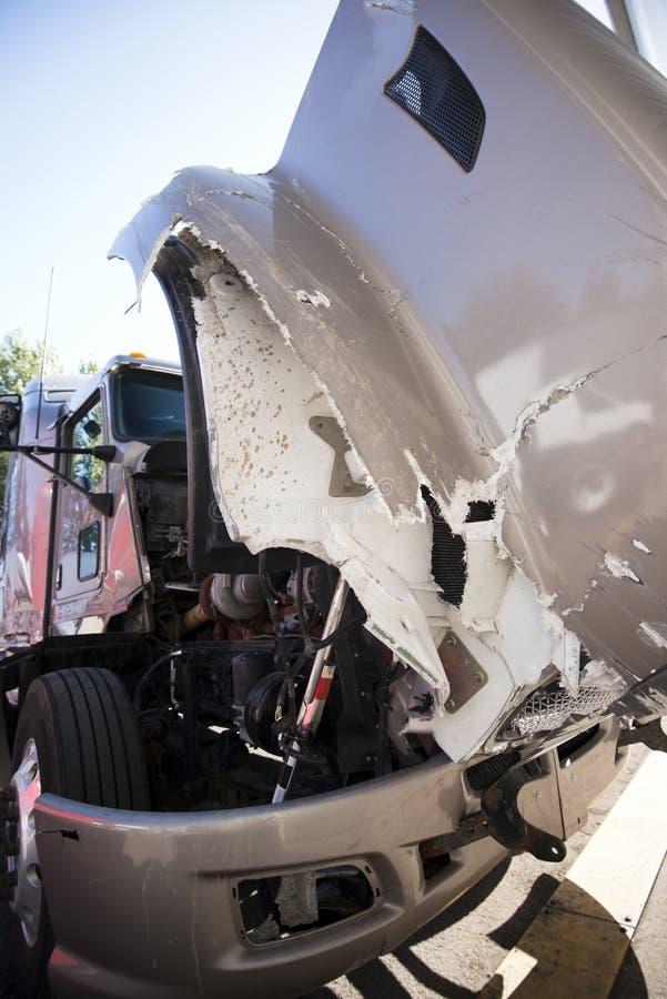 Il grande camion dei semi con il cappuccio aperto si è schiantato in un incidente immagini stock libere da diritti