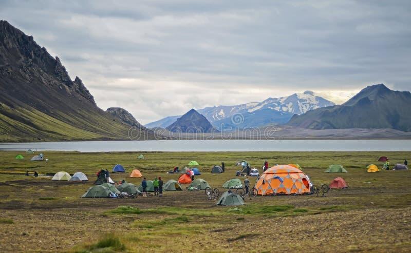 Il grande campo turistico è situato nella valle del parco vicino al lago fotografie stock libere da diritti