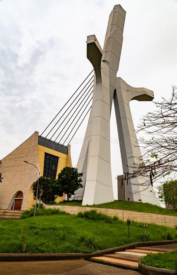 Il grande crocifisso che è il volto della cattedrale di San Paolo, Abidjan, Costa d'Avorio fotografia stock libera da diritti