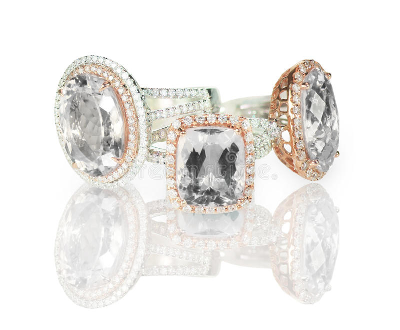Il grande cuscino ha tagliato il raggruppamento moderno delle fedi nuziali di impegno di alone del diamante immagini stock libere da diritti