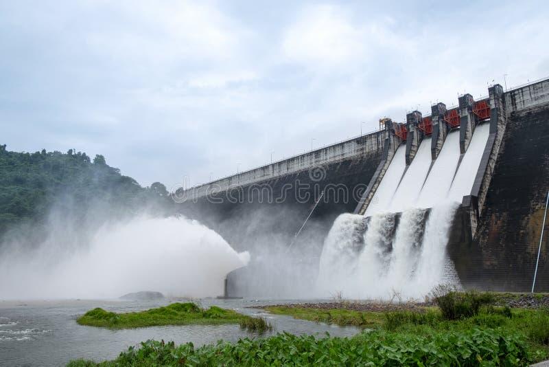 Il grande drenaggio concreto della diga molta acqua ha fatto una grande inondazione immagine stock