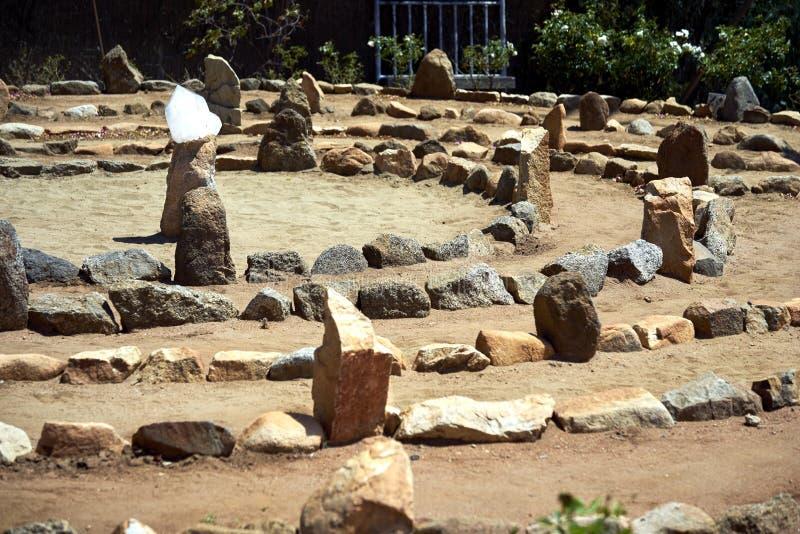 Il grande labirinto della sabbia e della pietra ha bagnato nel sole di mezzogiorno fotografia stock