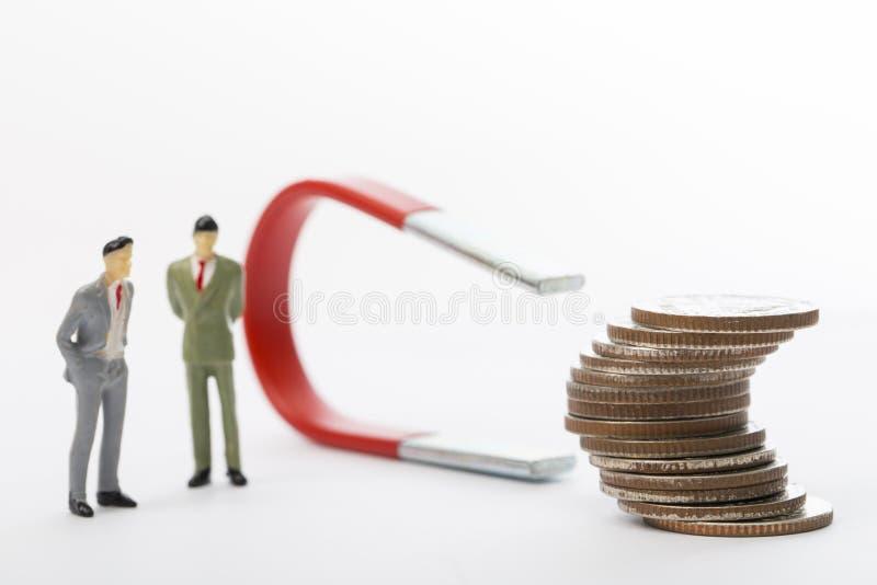 Il grande magnete utilizzato uomo d'affari per attira il reddito del beneficio immagini stock