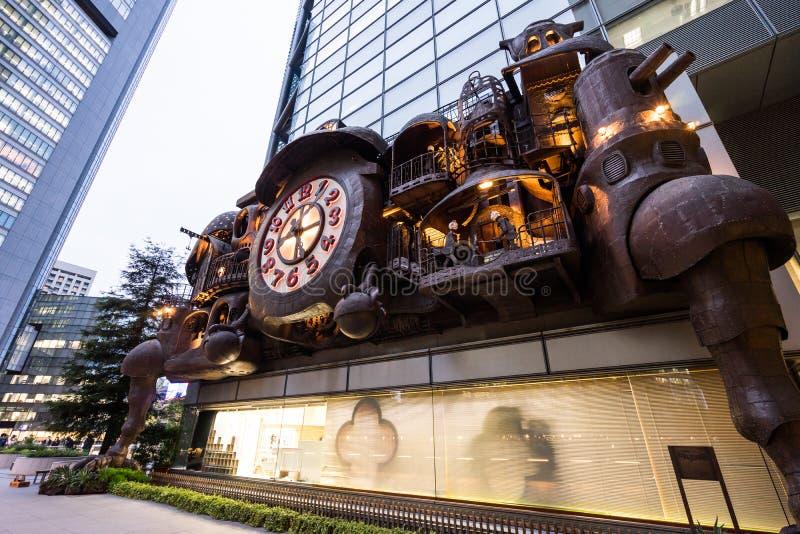 Il grande orologio di fantasia ha progettato da Hayao Miyazaki dello studio Ghibli nel distretto di Shiodome, Giappone fotografie stock