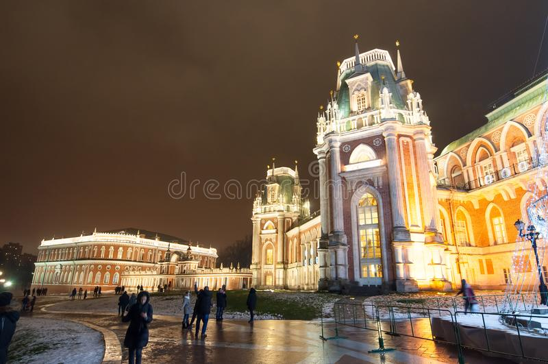 Il grande palazzo nella riserva del museo e del parco di Tsaritsyno illuminata alla notte immagine stock