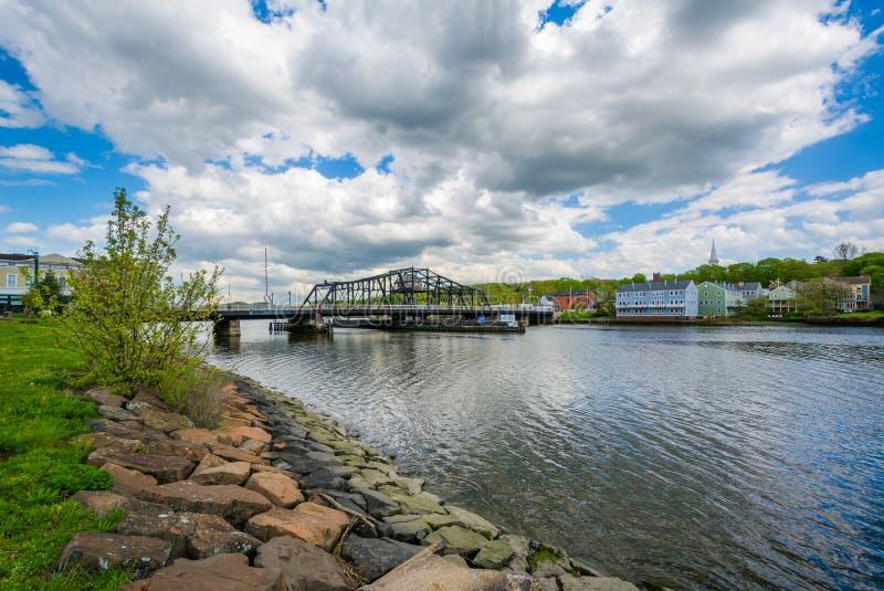 Il grande ponte del viale sopra il fiume di Quinnipiac a New Haven, Connecticut immagine stock