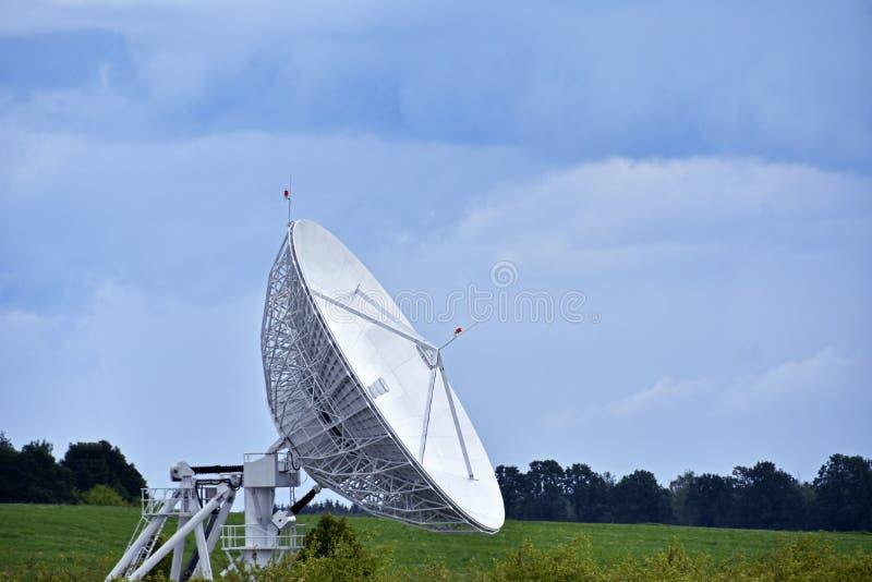 Il grande riflettore parabolico nel campo per la ricezione e la trasmissione il segnale e del trasferimento di dati della TV al s immagini stock