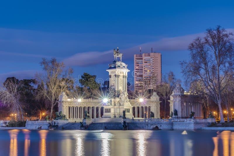 Il grande stagno sul parco di Retiro a Madrid, Spagna. fotografia stock libera da diritti