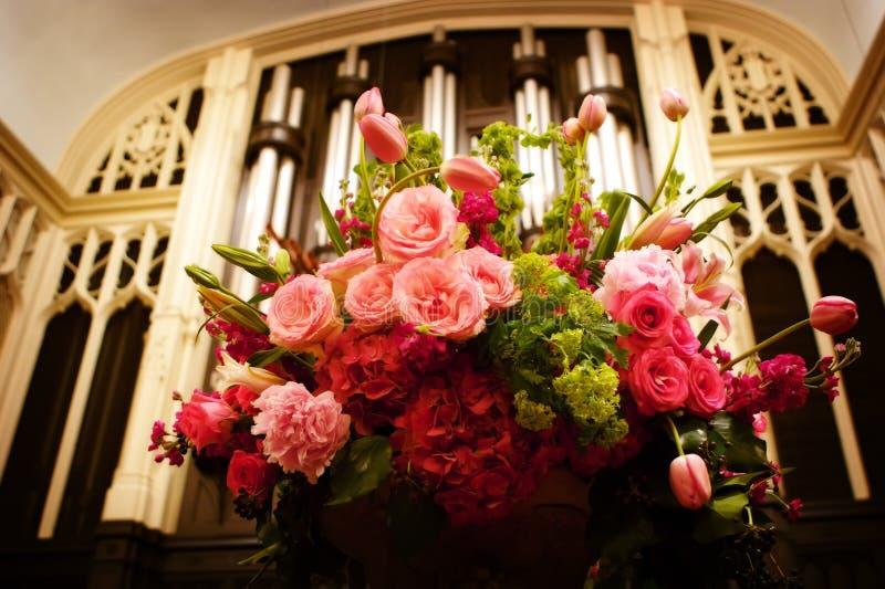 Il grande vaso della cerimonia nuziale fiorisce in una chiesa fotografia stock libera da diritti