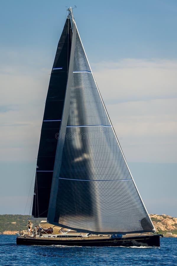 Il grande yacht di lusso della navigazione con il nero naviga la foto verticale immagine stock libera da diritti