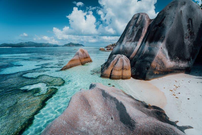 """Il granito oscilla i massi Anse spiaggia di argento di fonte alla d più nota """"sulla La Digue dell'isola in Seychelles Paradiso es fotografia stock libera da diritti"""