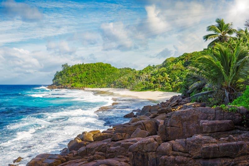 Il granito oscilla su una costa ruvida dell'oceano, bazarca del anse, seych fotografia stock libera da diritti