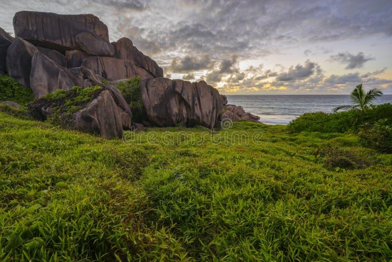 Il granito rosso oscilla nell'alba sul digue della La sulle Seychelles 3 fotografia stock