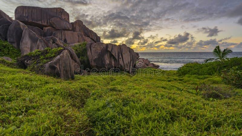 Il granito rosso oscilla nell'alba sul digue della La sulle Seychelles 4 fotografie stock libere da diritti