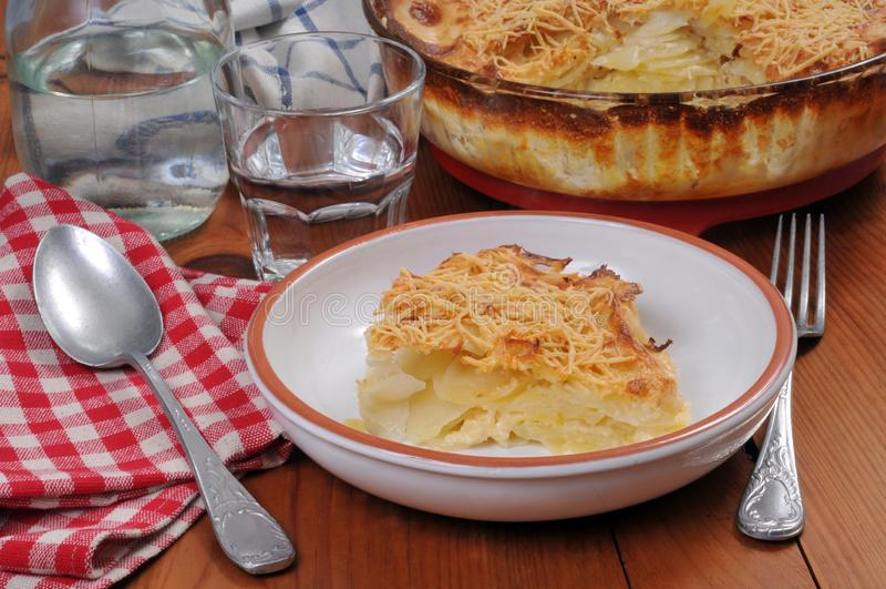 Il gratin della patata è servito su un piatto fotografie stock libere da diritti