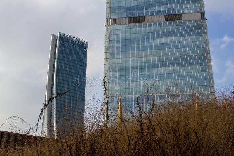 Il grattacielo di Hadid e la torre di Isozaki fotografia stock libera da diritti