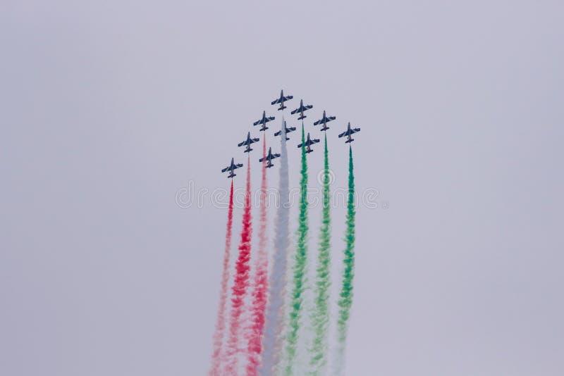 Il gruppo acrobatici esegue il volo, show aereo fotografia stock libera da diritti