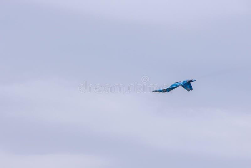 Il gruppo acrobatici esegue il volo, show aereo fotografia stock