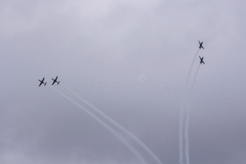 Il gruppo acrobatici esegue il volo, show aereo immagini stock