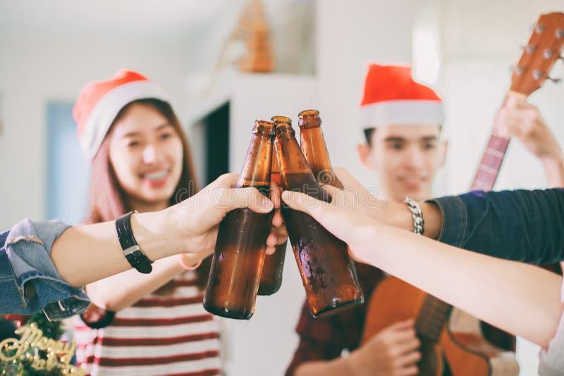 Il gruppo asiatico di amici che hanno partito con la birra alcolica beve la a immagini stock libere da diritti