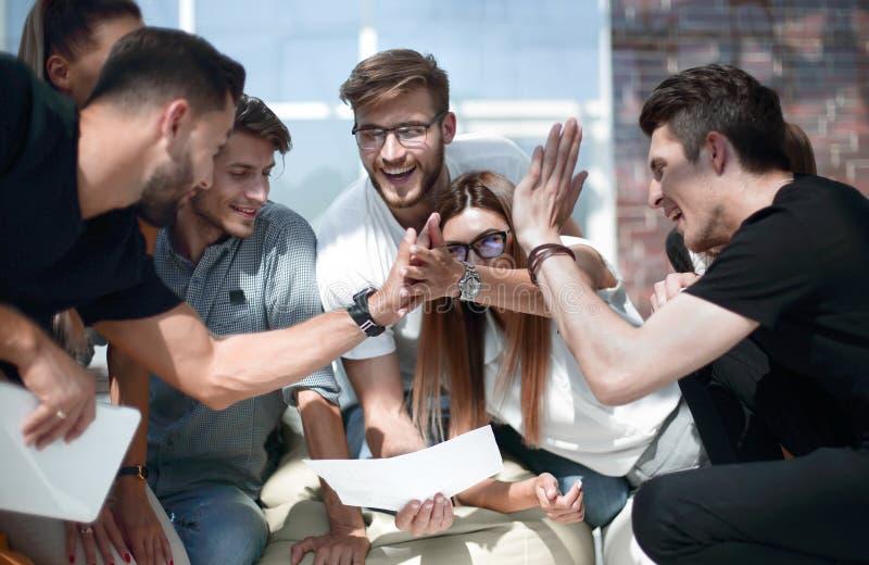 Il gruppo creativo di affari si dà gli alti cinque fotografia stock libera da diritti