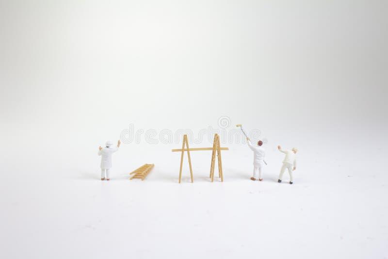 il gruppo dei pittori, sulla terra della parte posteriore di bianco immagine stock libera da diritti