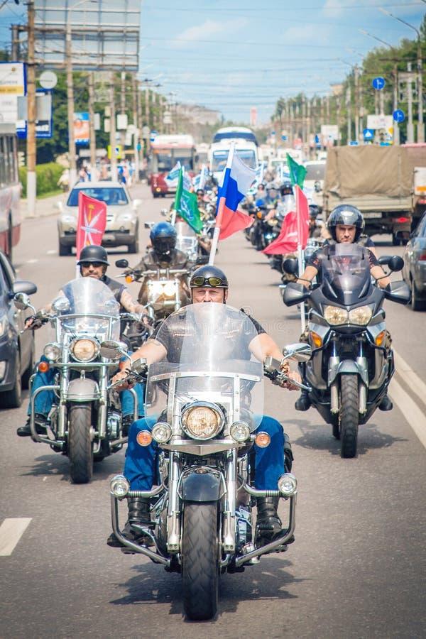 Il gruppo del motociclista sui motocicli intorno alla città immagine stock libera da diritti