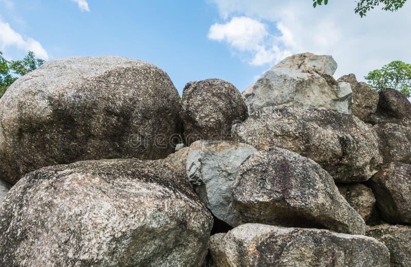 Il gruppo del primo piano di grande roccia per decora nei precedenti di struttura del giardino fotografie stock