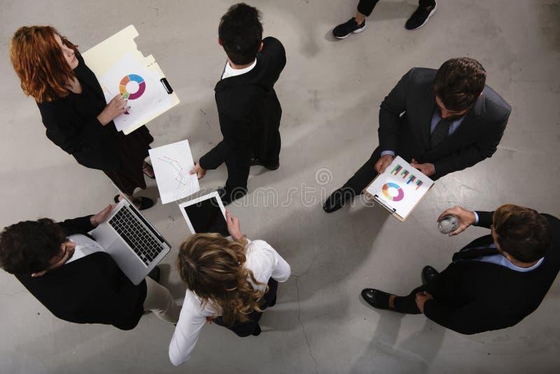 Il gruppo dell'uomo d'affari lavora insieme sulle statistiche della società Shooted da sopra Concetto di lavoro di squadra e dell fotografie stock libere da diritti