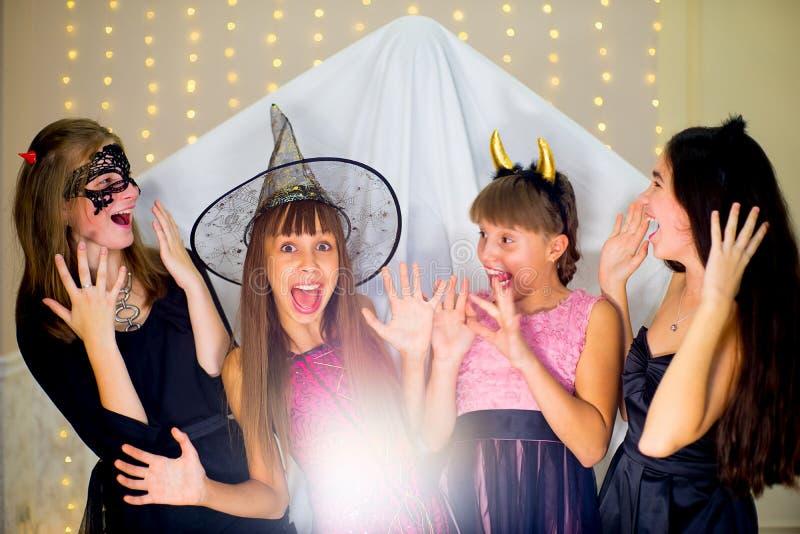 Il gruppo di adolescenti che indossano Halloween costumes il timore del fantasma fotografia stock