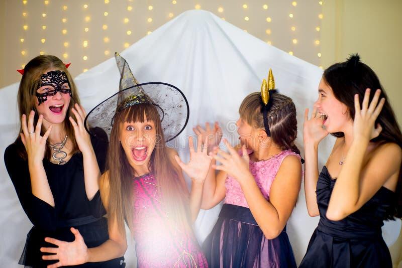 Il gruppo di adolescenti che indossano Halloween costumes il timore del fantasma fotografia stock libera da diritti