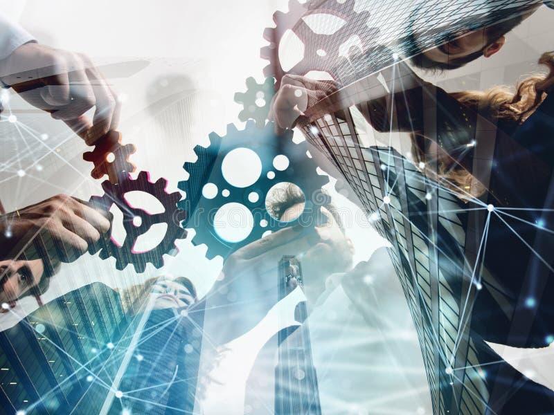 Il gruppo di affari collega i pezzi di ingranaggi Lavoro di squadra, associazione e concetto di integrazione doppia esposizione c illustrazione di stock