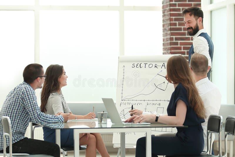 Il gruppo di affari tiene una riunione in un ufficio moderno immagine stock libera da diritti