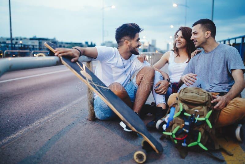 Il gruppo di amici felici va in giro insieme fotografia stock