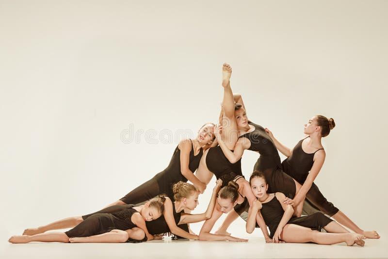 Il gruppo di ballerini di balletto moderno immagine stock