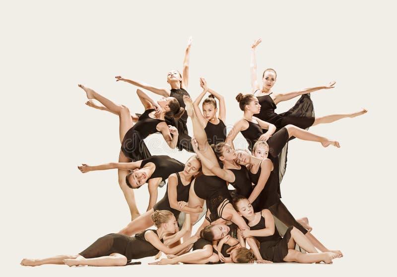 Il gruppo di ballerini di balletto moderno fotografie stock libere da diritti