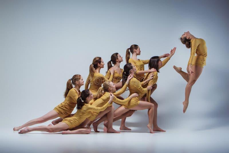 Il gruppo di ballerini di balletto moderno immagini stock