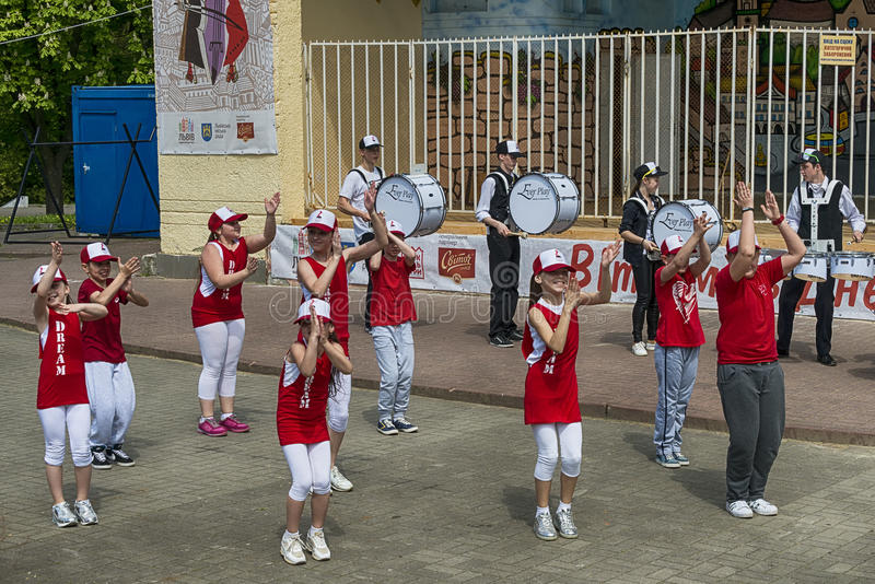 Il gruppo di ballo di bambini esegue il hip-hop fotografia stock libera da diritti