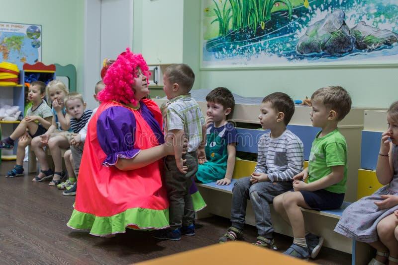 Il gruppo di bambini entra nella stanza Bambini nell'asilo immagine stock