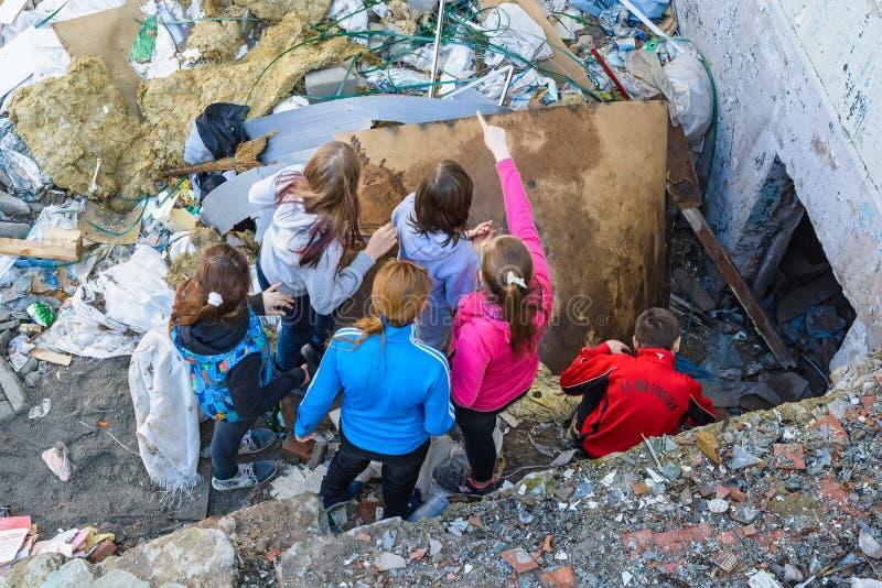 Il gruppo di bambini esplora la costruzione abbandonata immagini stock