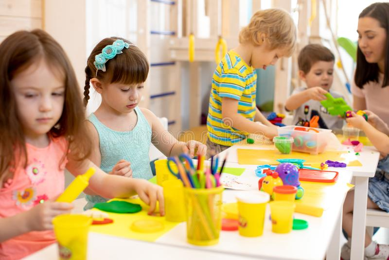 Il gruppo di bambini in et? prescolare impegnati dentro handcrafts fotografia stock libera da diritti