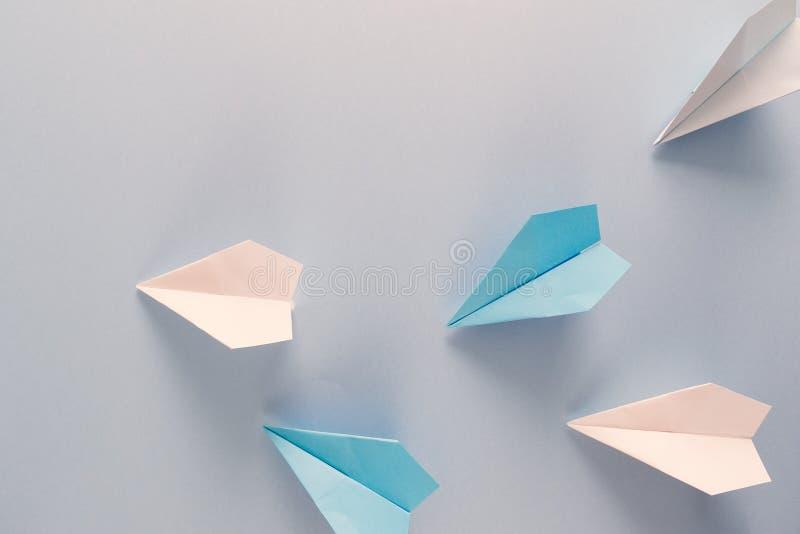 Il gruppo di carta di volo spiana sopra i precedenti grigi Di nuovo alla scuola ed al concetto di istruzione Aereo come simbolo d fotografia stock