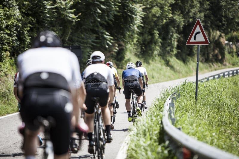 Il gruppo di ciclisti ha allineato nella strada italiana fotografie stock