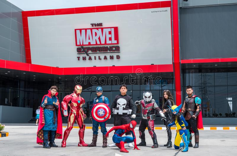 Il gruppo di Cosplayer è atto davanti all'esperienza Tailandia di meraviglia a Megabangna, Samut Prakan, Tailandia fotografia stock libera da diritti