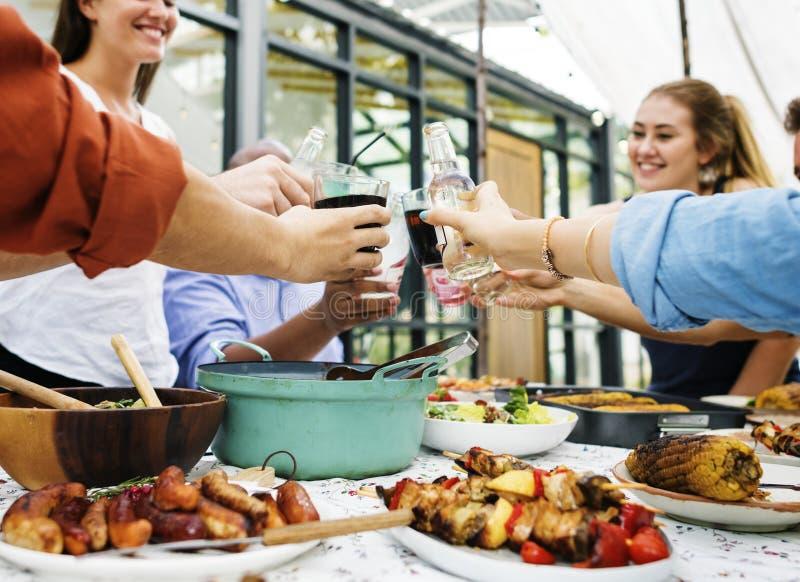 Il gruppo di diversi amici che godono dell'estate fa festa insieme fotografie stock libere da diritti