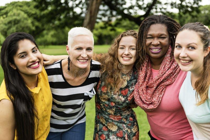 Il gruppo di donne socializza il concetto di felicità di lavoro di squadra immagini stock